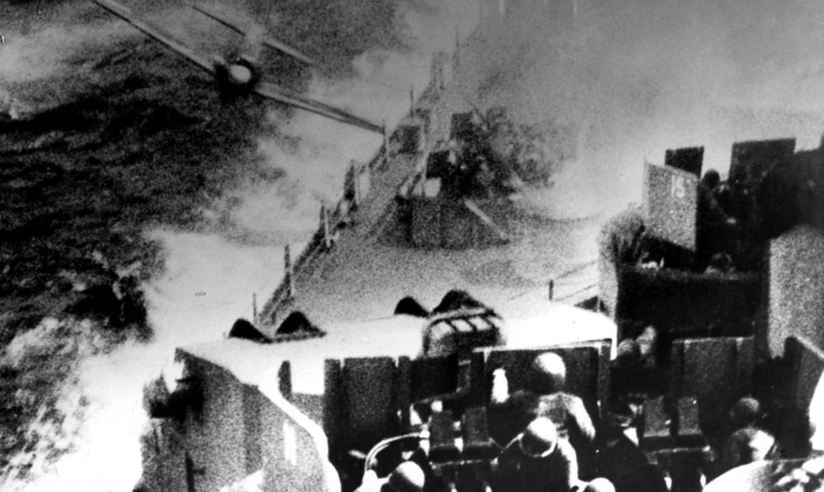 Japonská kamikadze útočí na bitevní loď USS Missouri