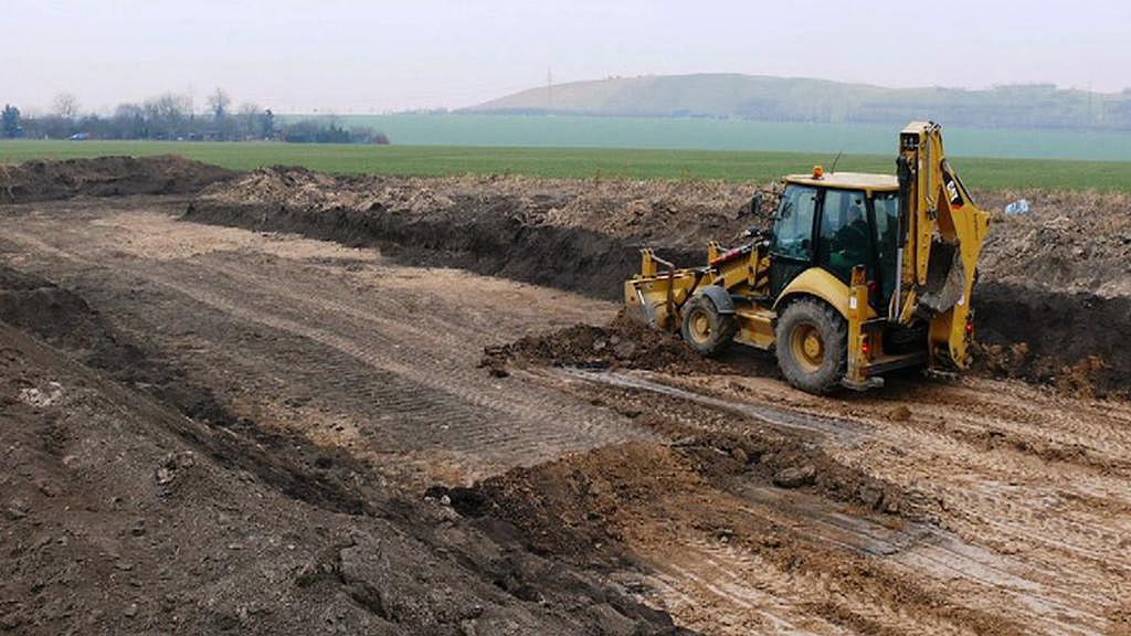 Bagr na místě archeologických nálezů