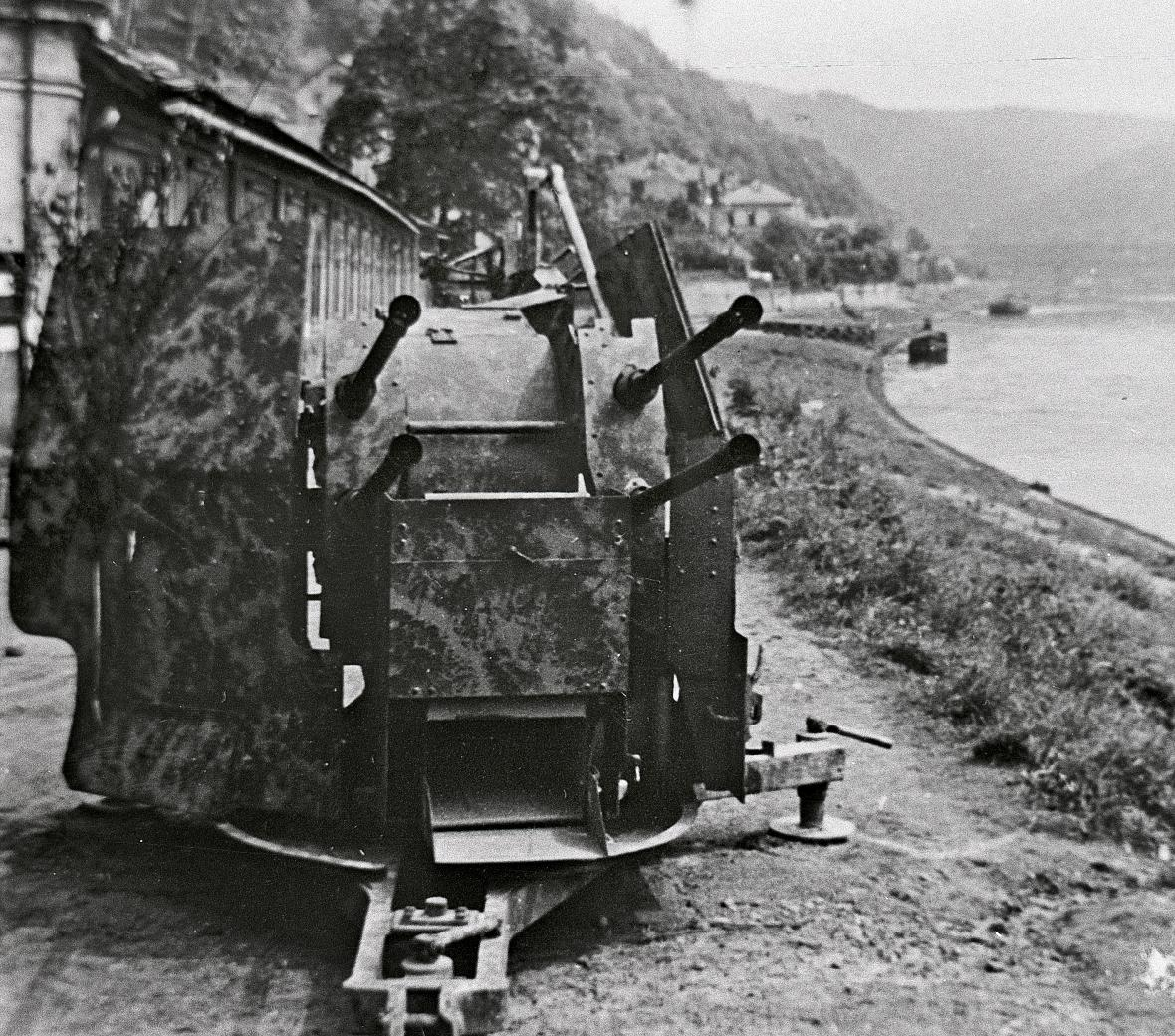 Pozice lehkého flaku uDolního Žlebu nedaleko Děčína najaře 1945