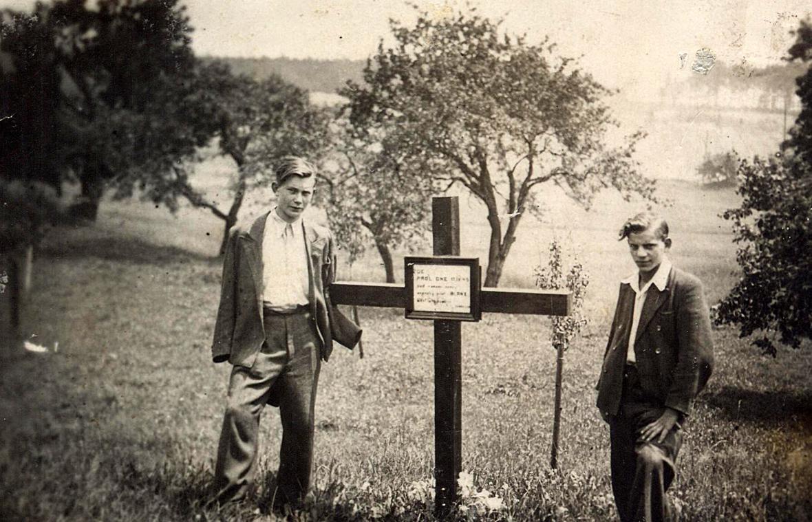 Pomník namístě zavraždění Johna H. Bankse, ovšem smylnou dedikací