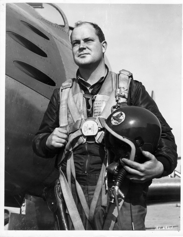 William B. Hoelscher u proudového letounu F-86 Sabre za služby v Koreji