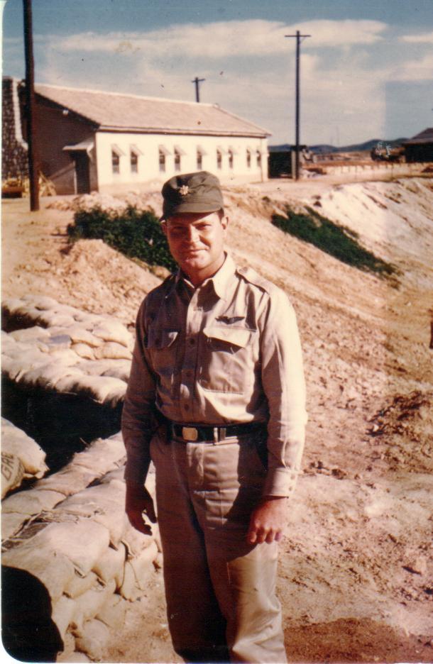 William B. Hoelscher během služby v Koreji