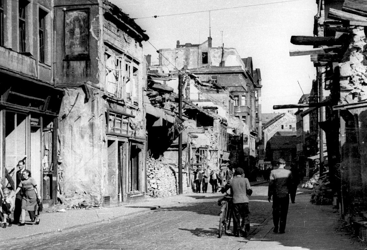 Střed vybombardovaného Ústí nad Labem v létě 1945