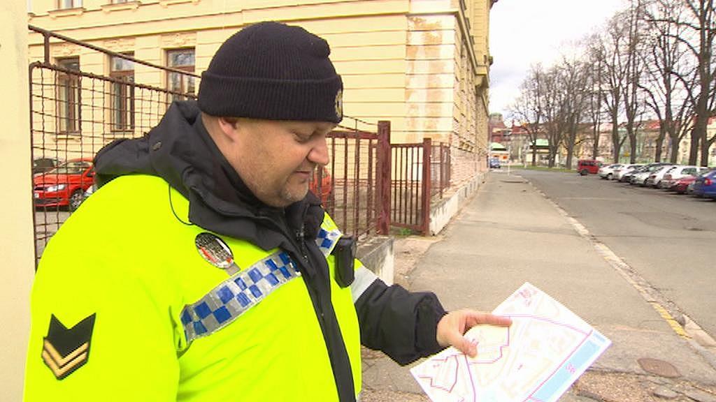 Strážník při kontrole označení domů a ulic