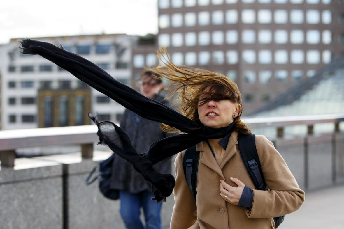 Londýňané bojovali s vichrem