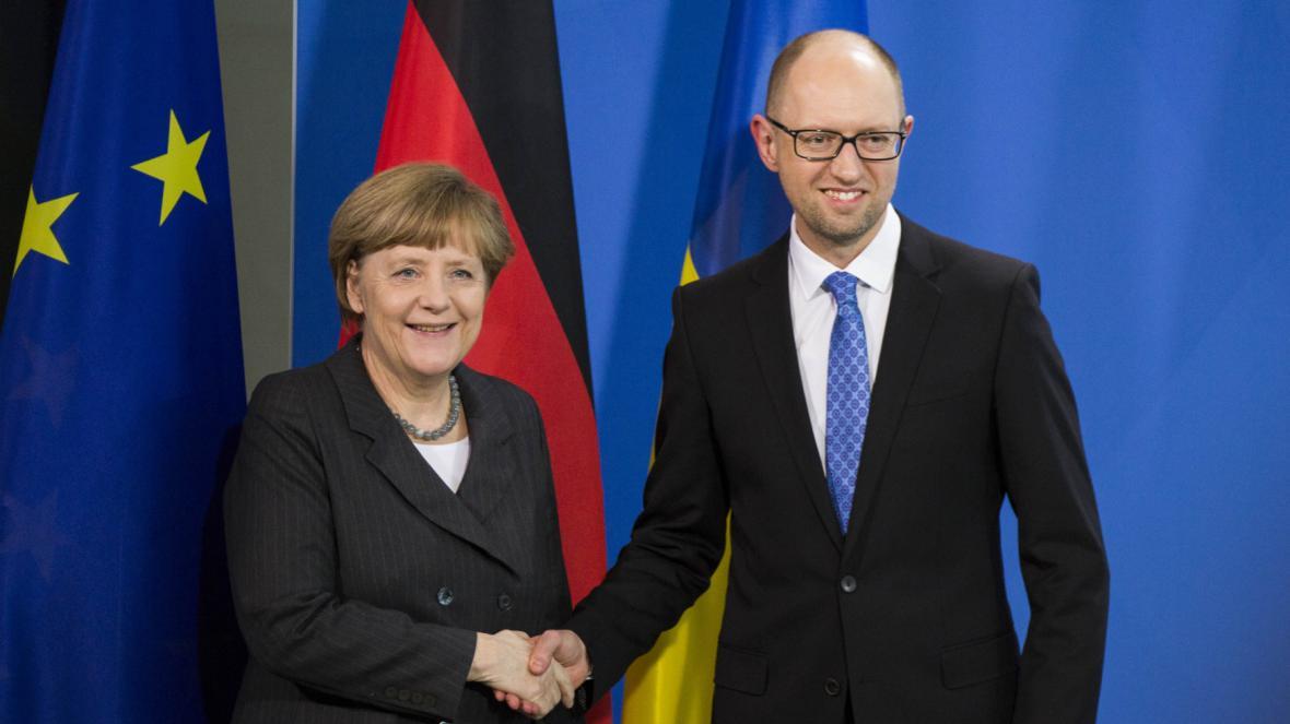 Angela Merkelová a Arsenij Jaceňuk po jednání v Berlíně