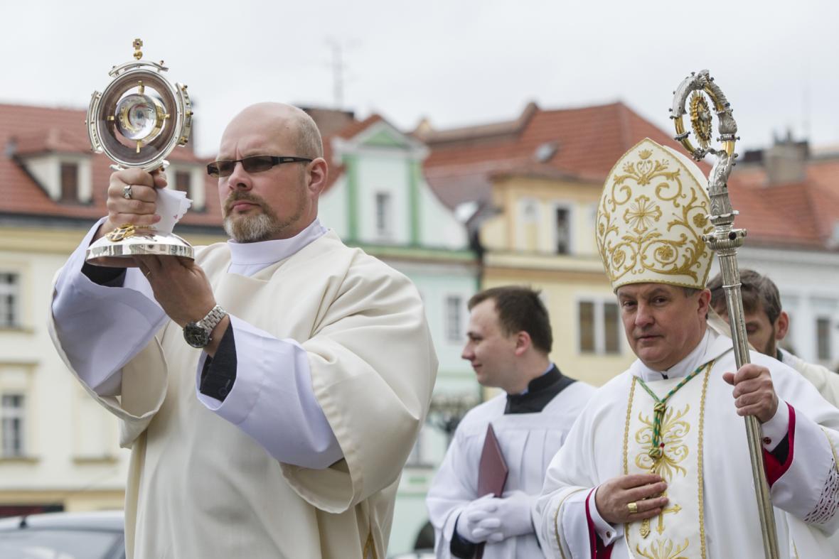 Relikviář s ostatky Jana Pavla II. v průvodu ke katedrále svatého Ducha