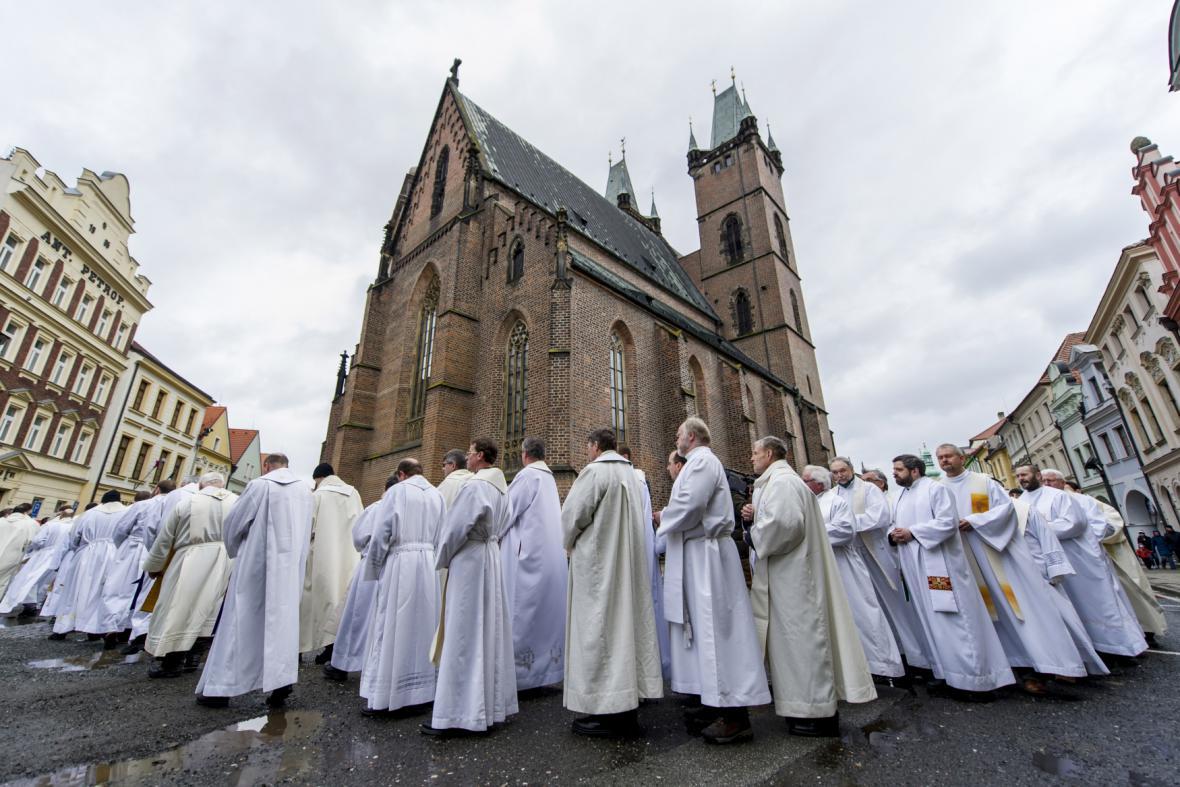 Průvod duchovních při uložení ostatků Jana Pavla II.