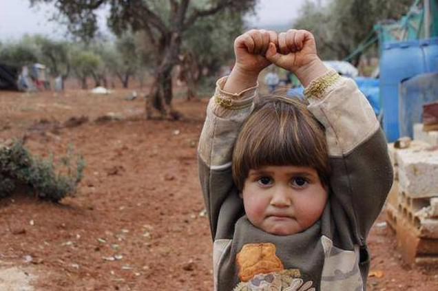 Čtyřletá syrská holčička se vzdává fotografovi