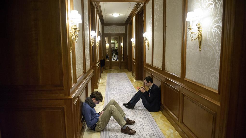 Reportéři na chodbách hotelu v pokročilých nočních hodinách