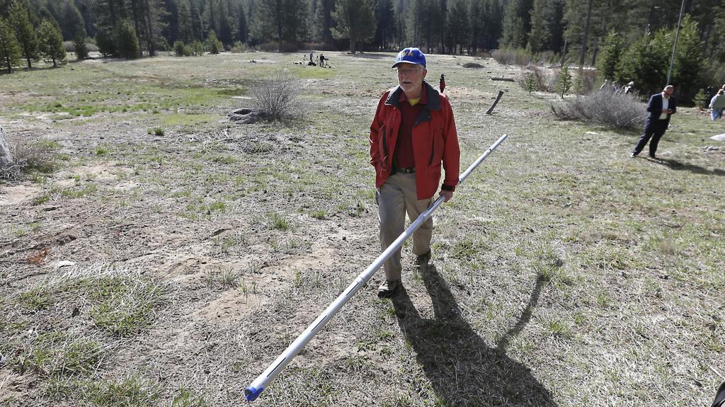 Frank Gehrke měří sníh na sjezdovkách pravidelně. Aby začátkem dubna kráčel na suchu, ještě nezažil