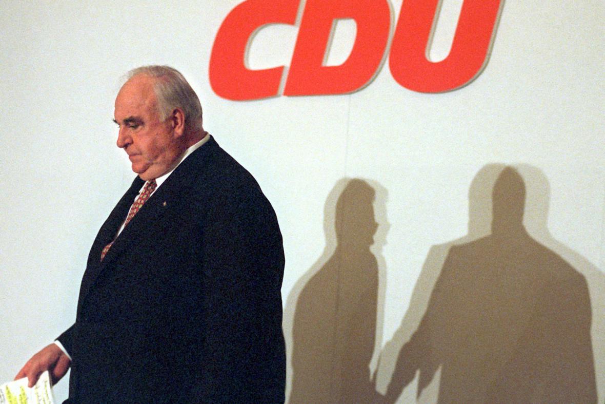 Helmut Kohl rezignuje na vedení CDU