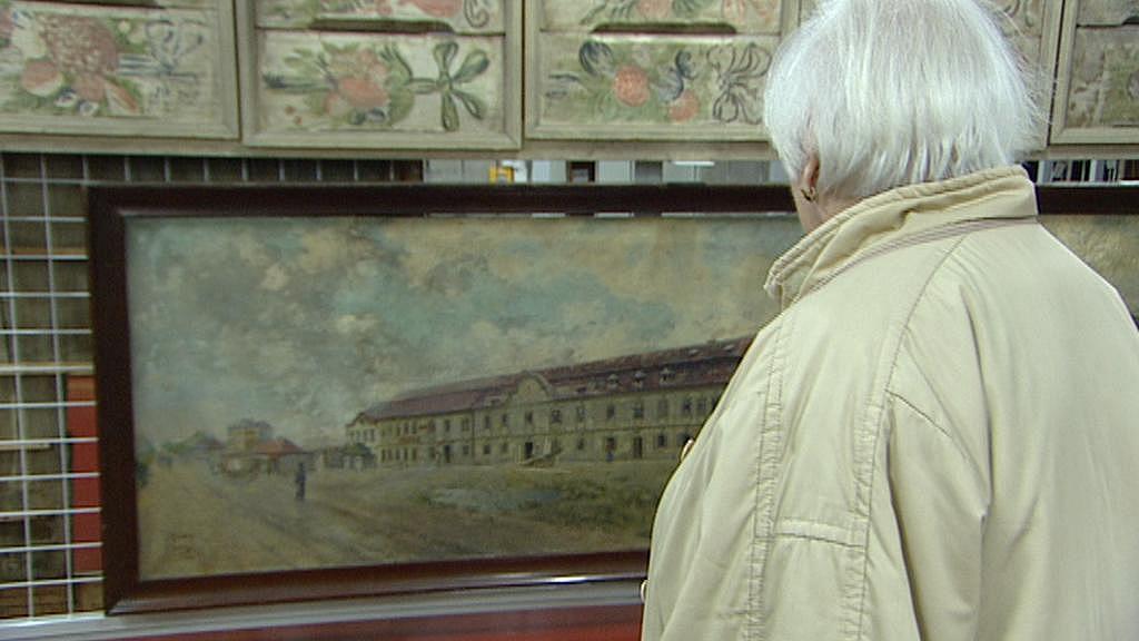 Olga Hohinová u obrazu v depozitáři muzea