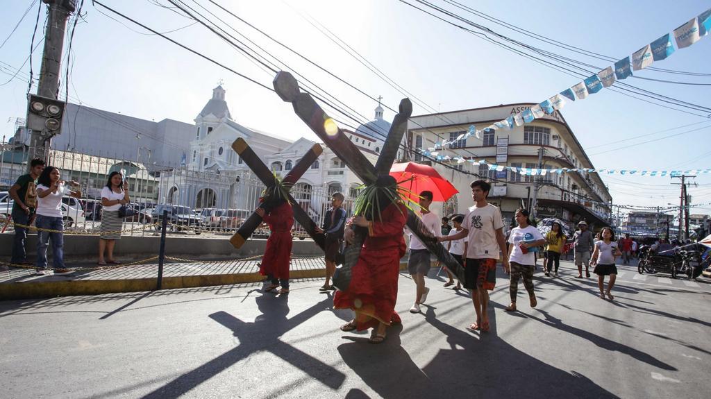 Silně věřící si na Filipínách připomínají Kristovo utrpení