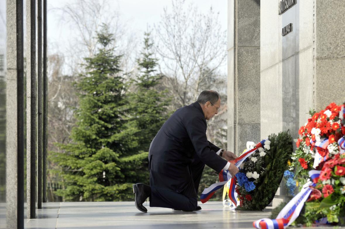 Sergej Lavrov pokládá věnec u památníku Slavín