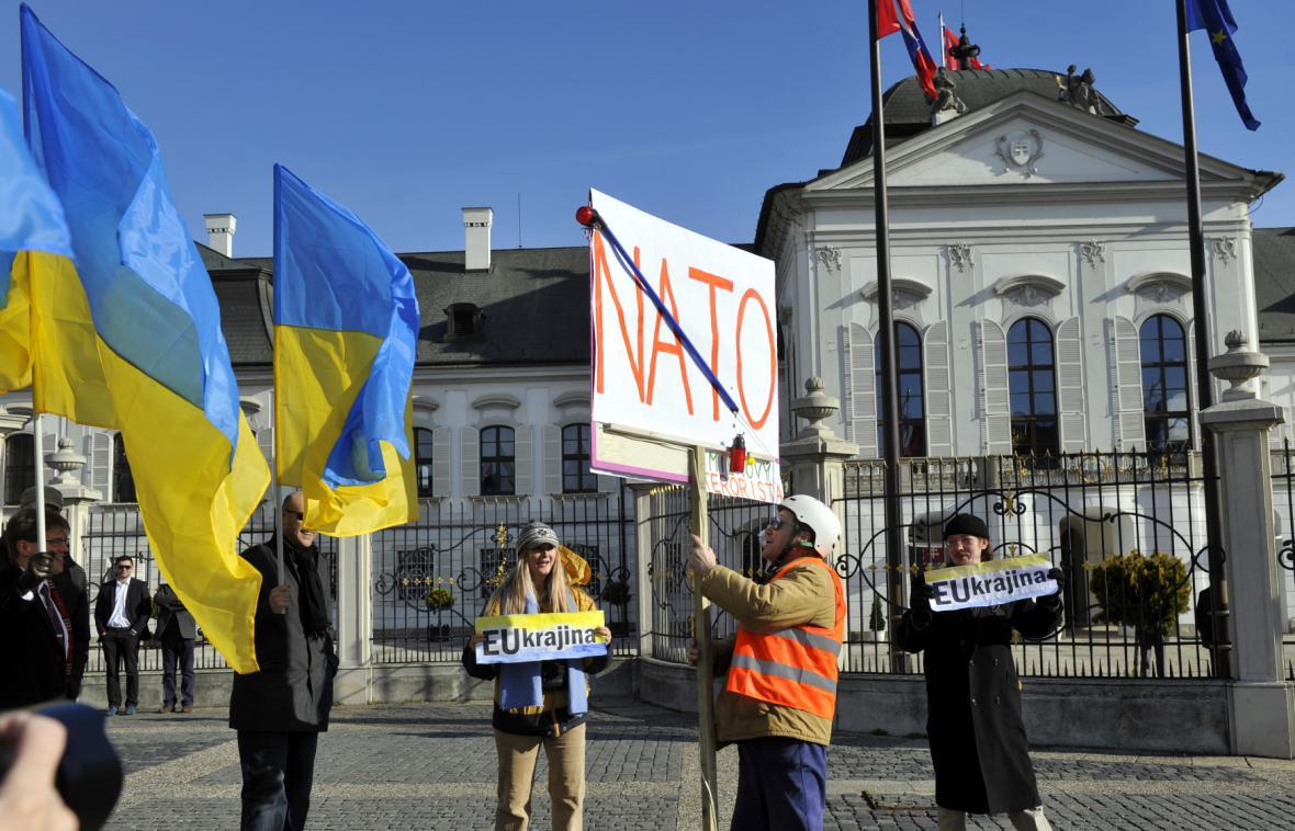 Návštěvu Lavrova doprovázely protesty odpůrců NATO i zastánců Ukrajiny