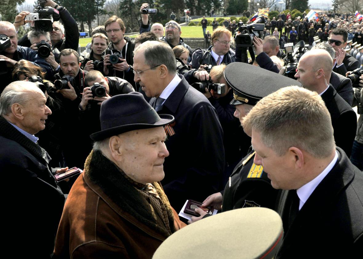 Sergej Lavrov s Robertem Ficem u památníku Slavín vyznamenal veterány