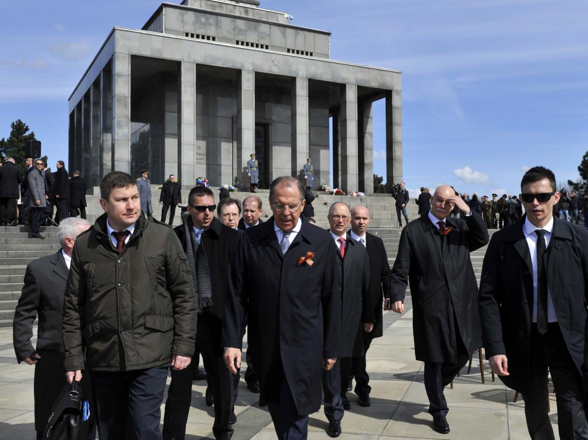Sergej Lavrov u památníku Slavín, který připomíná sovětské vojáky padlé za druhé světové války