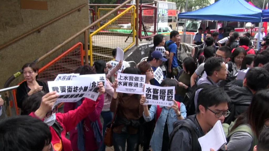 Obyvatelé Hongkongu nesouhlasí s nákupními zájezdy pevninských Číňanů