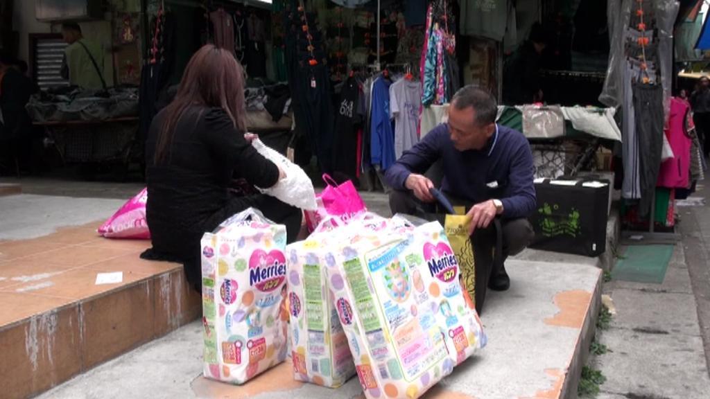 Zákazníci z Číny nakupují v Hongkongu ve velkém