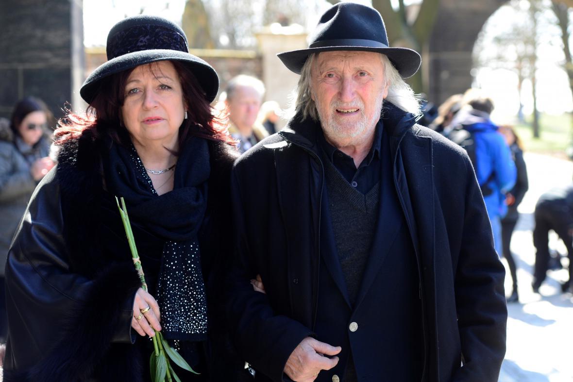 Juraj Jakubisko s manželkou na pohřbu Miroslava Ondříčka