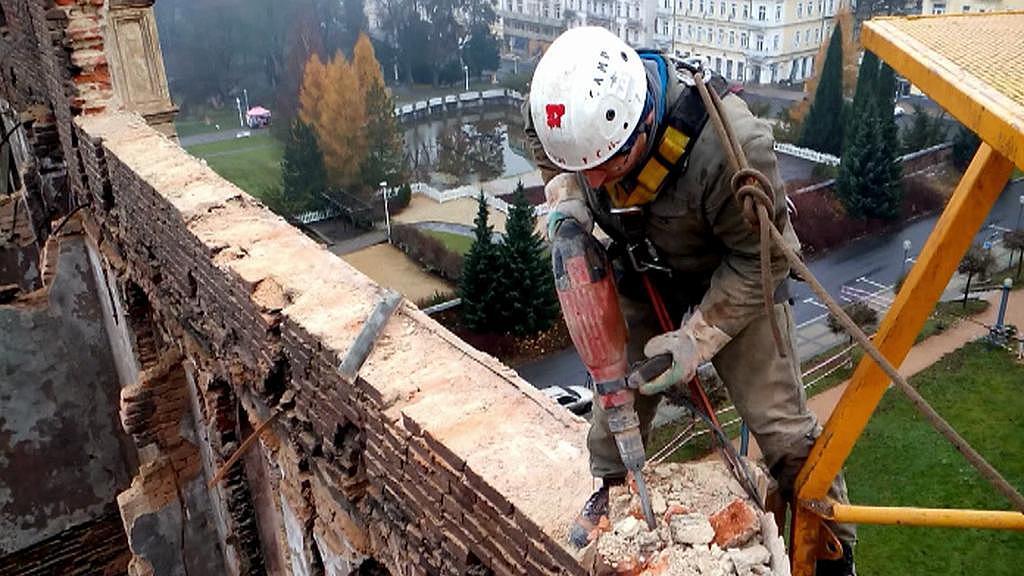 Demolice nejvyššího patra torza budovy - prosinec 2014