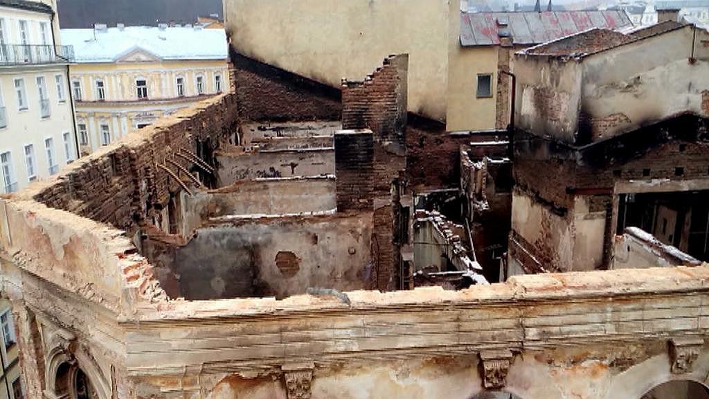 Už v prosinci 2014 bylo nutné zbourat nejvyšší patro torza budovy