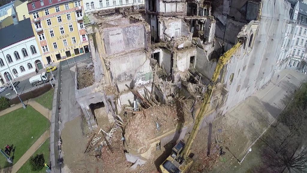 Letecký pohled na demolici hotelu