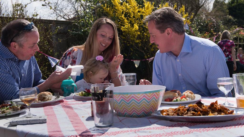 David Cameron při návštěvě jihoanglického statku