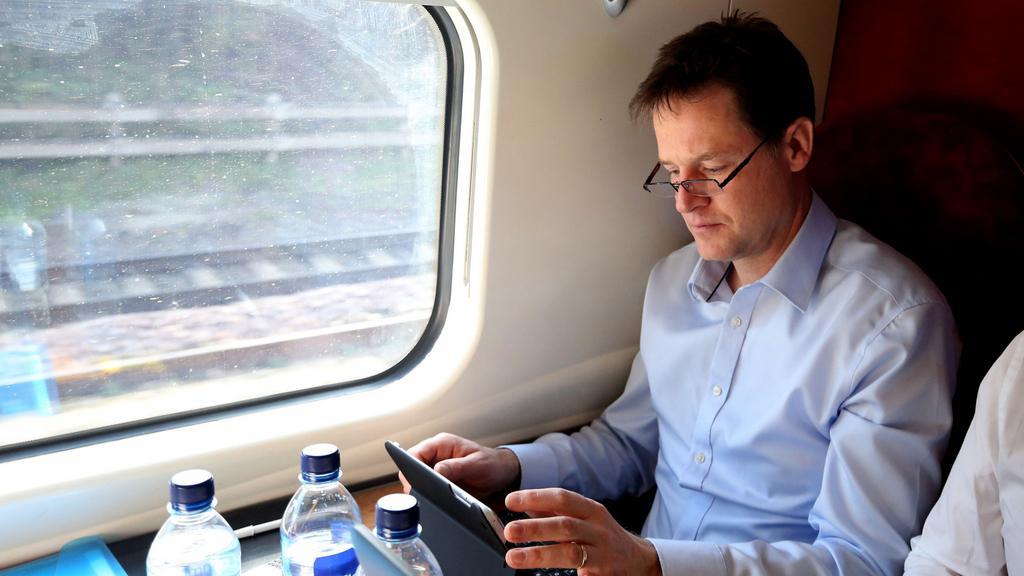 Nick Clegg v cestovní pauze mezi mítinky