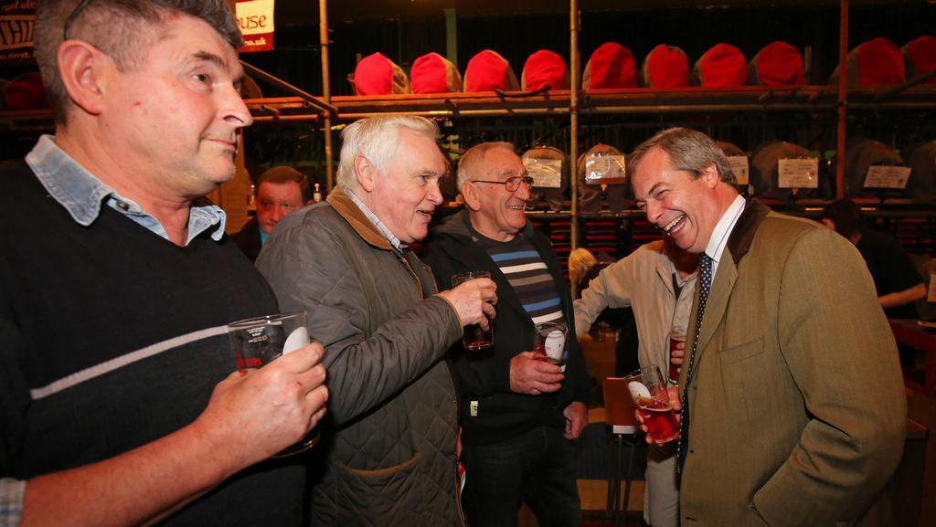 Nigel Farage v oblíbené společnosti u dobrého piva