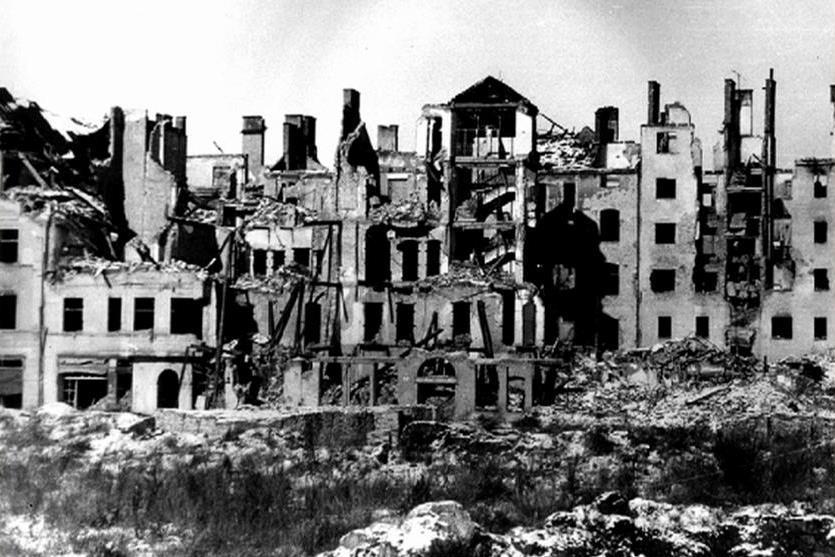 Následky bombardování Chebu na jaře 1945