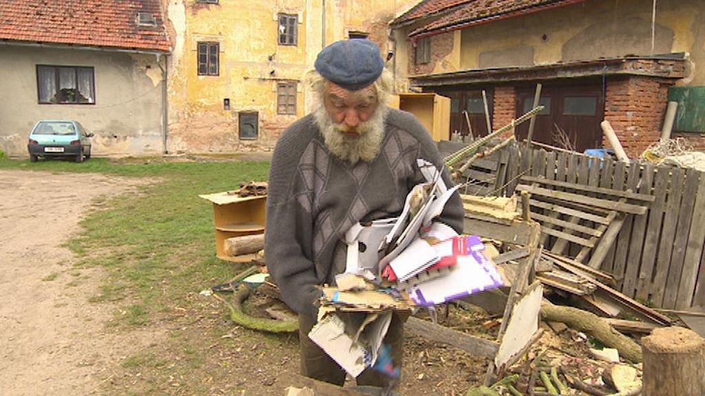Pan Nováček teď sbírá starý papír
