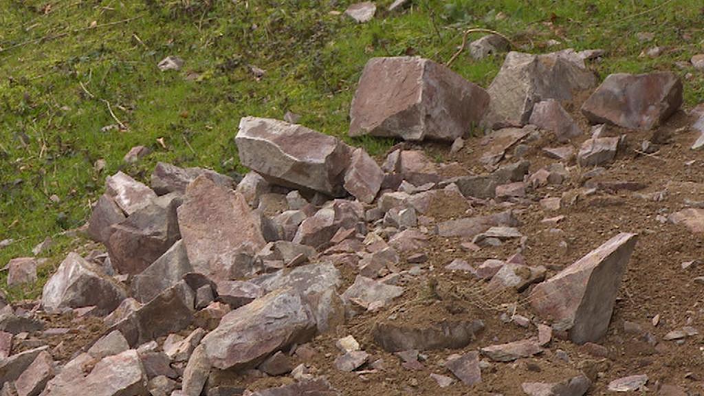 Kameny, které se zřítily z hradu Litice