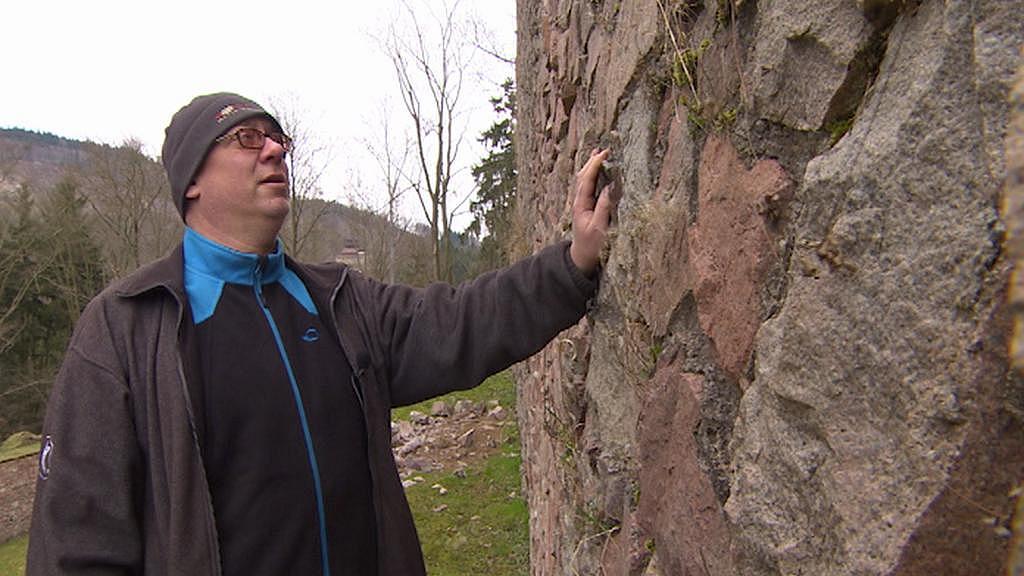 Kastelán Dalibor Urban u zdi, ze které odpadávají kameny