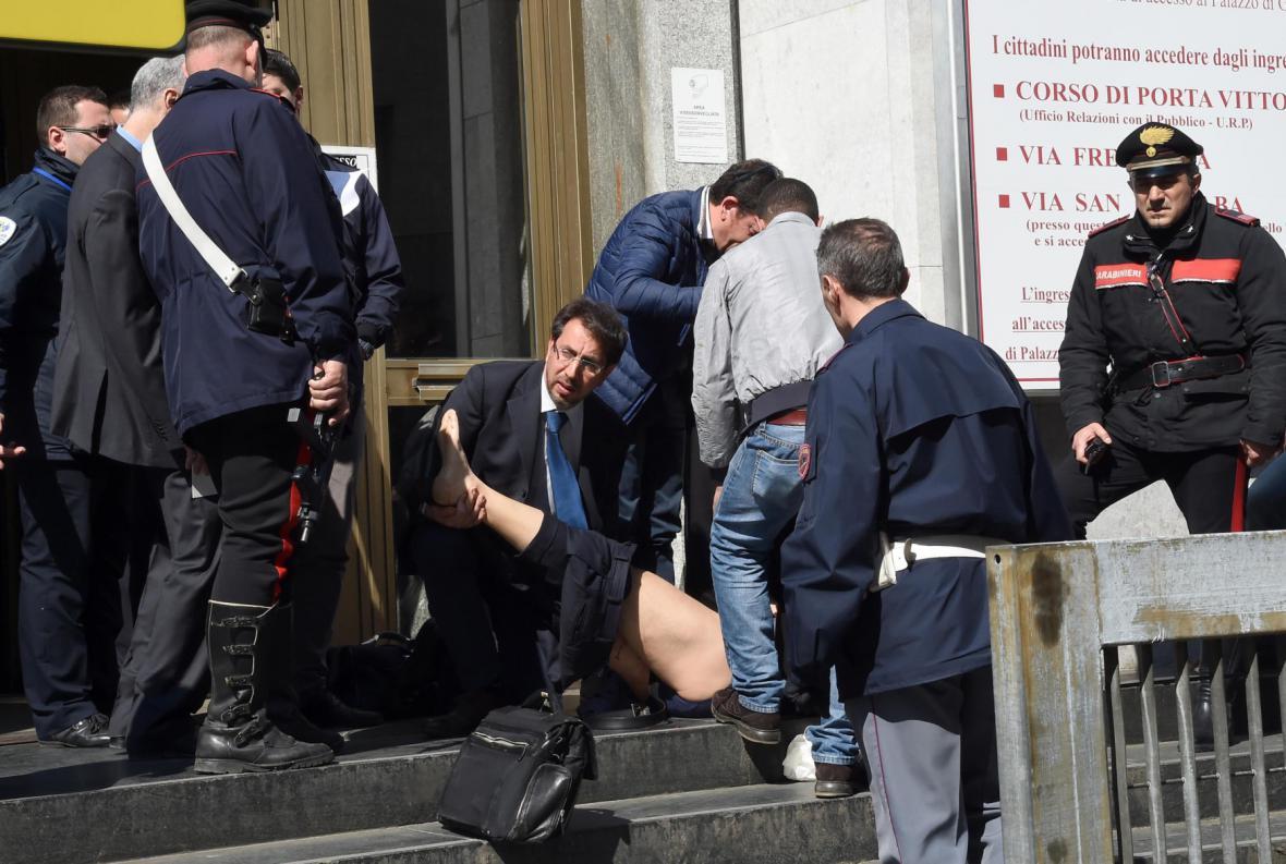 Policie a záchranáři pomáhají zraněným