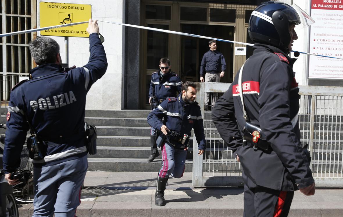 Policie u budovy soudu v Miláně