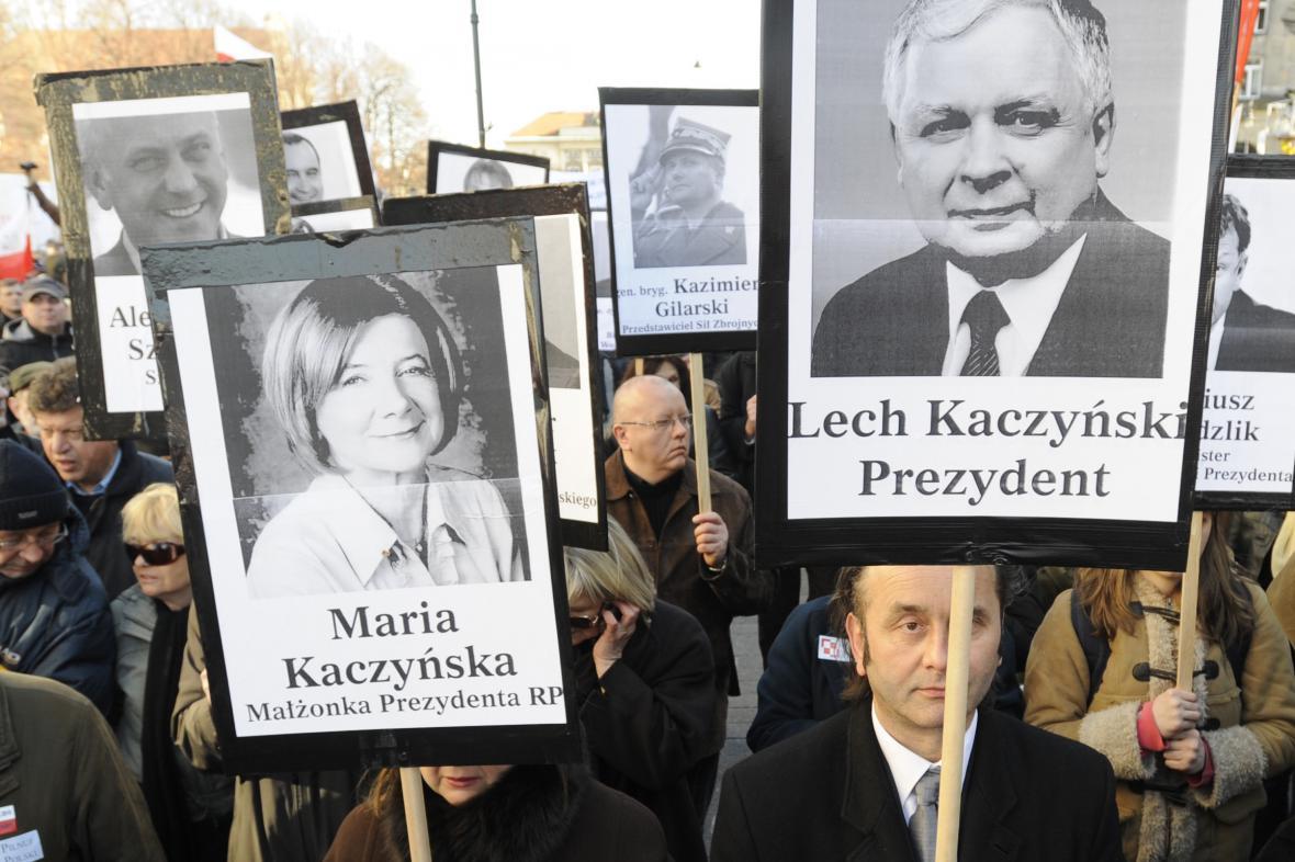 Portréty 96 obětí smolenské letecké tragédie