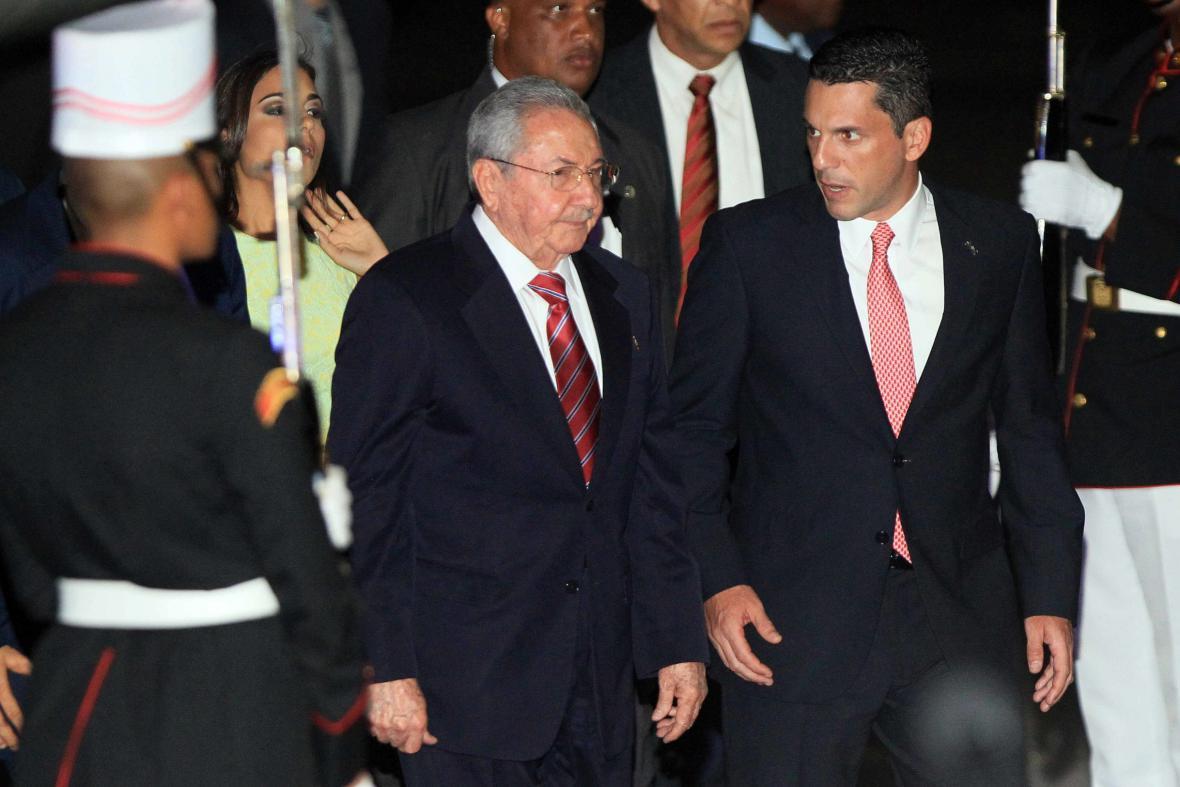Kubánský prezident Raúl Castro po příletu na letiště v Panamě (uprostřed)