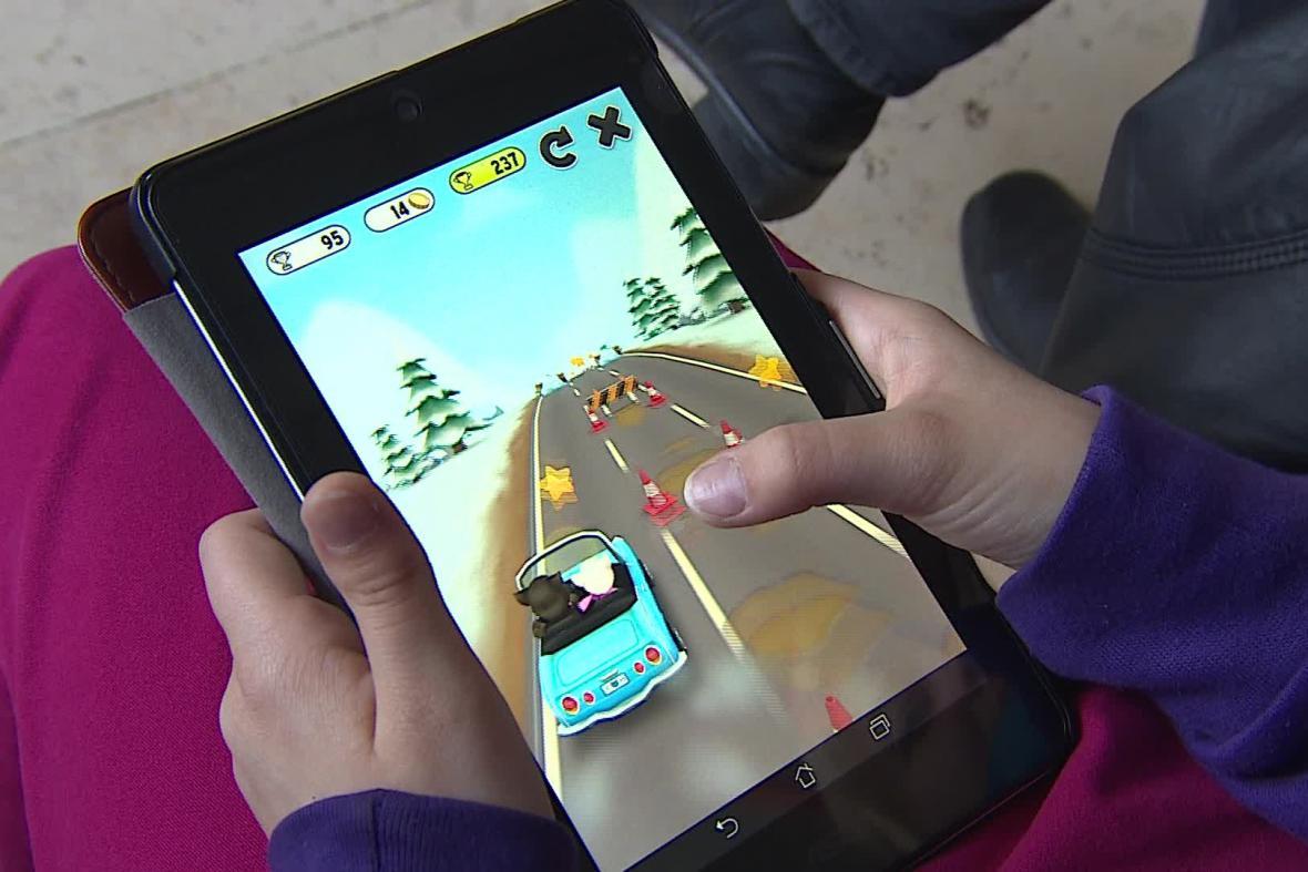 Děti si na tabletech hrají několik desítek minut denně