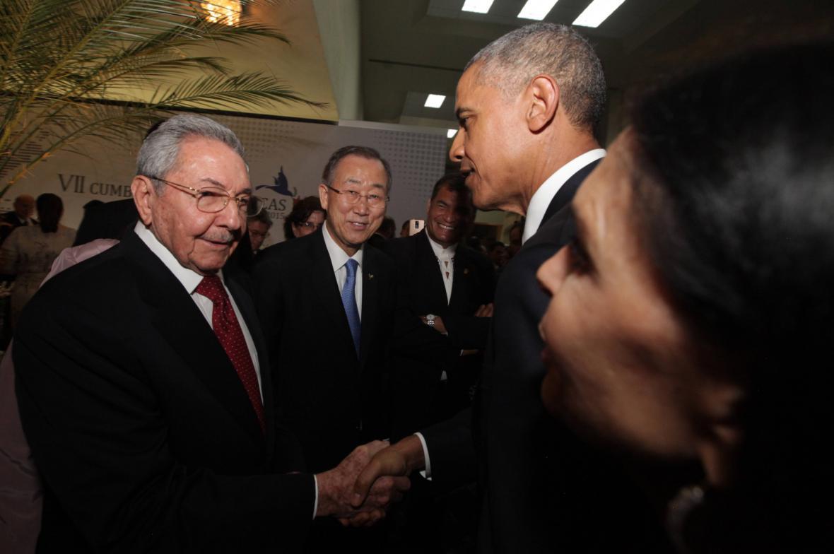 Kubánský a americký prezident si na summitu v Panamě potřásli rukou
