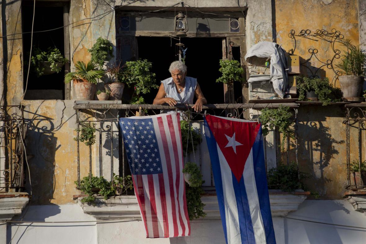 Americká a kubánská vlajka jako symbol sbližování