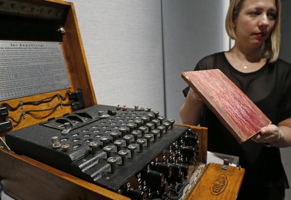 Turingovy zápisky a jeden z exemplářů stroje Enigma