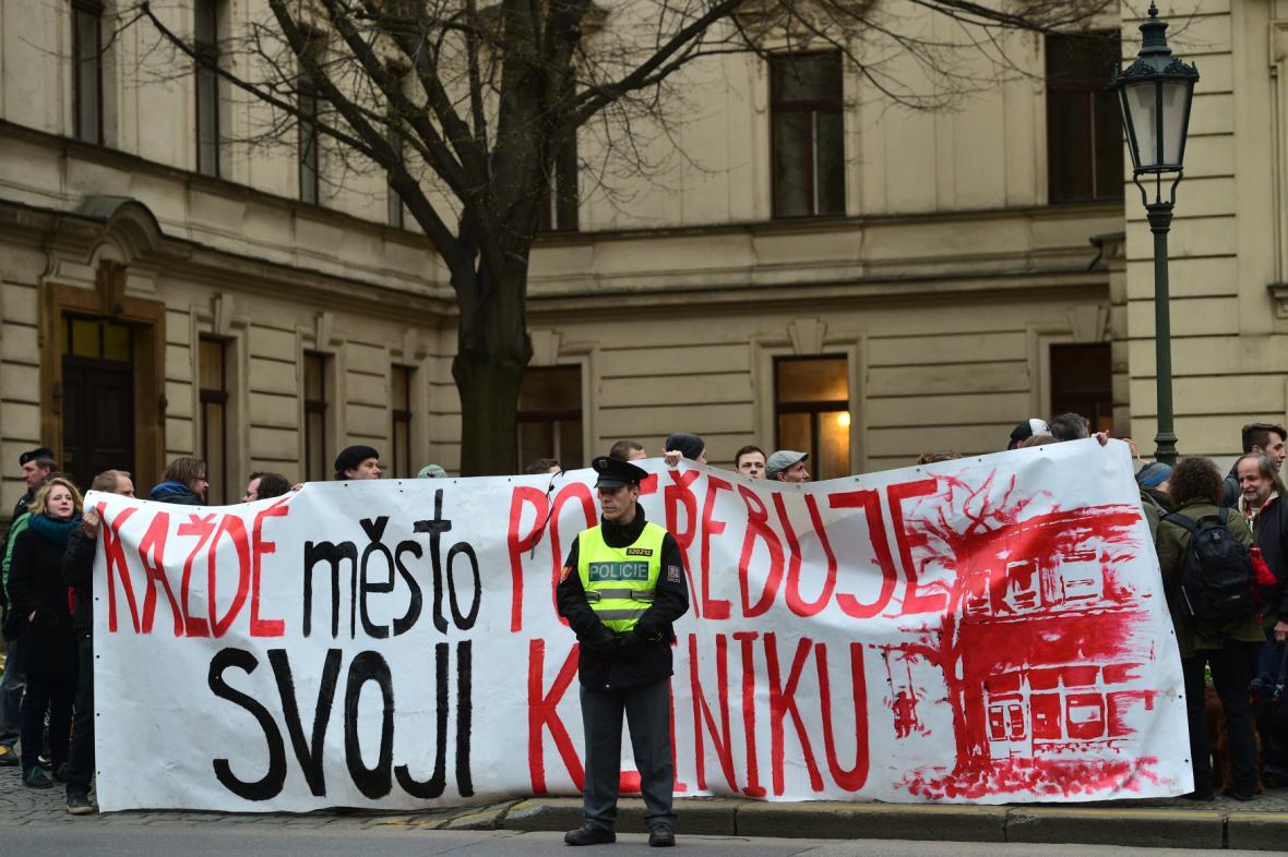 Demonstrace za Kliniku před Úřadem vlády