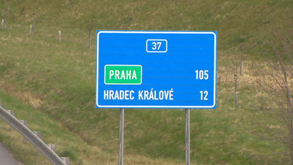 Silnice mezi Pardubicemi a Hradcem Králové