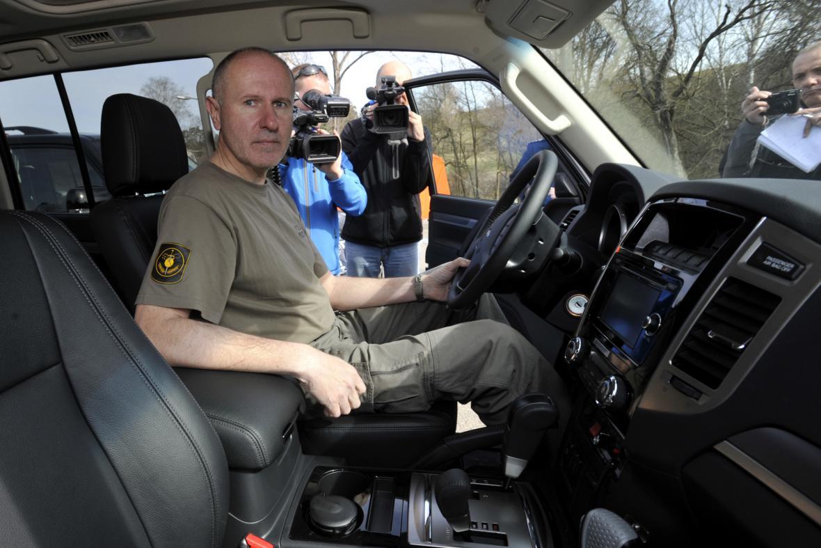 Nová policejní auta pro zásah ve Vrběticích