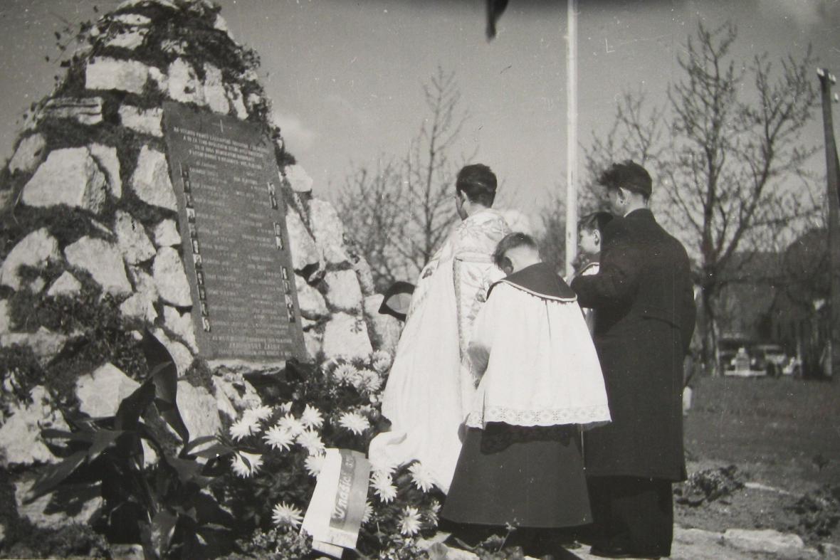 Pieta u původního památníku v Zákřově
