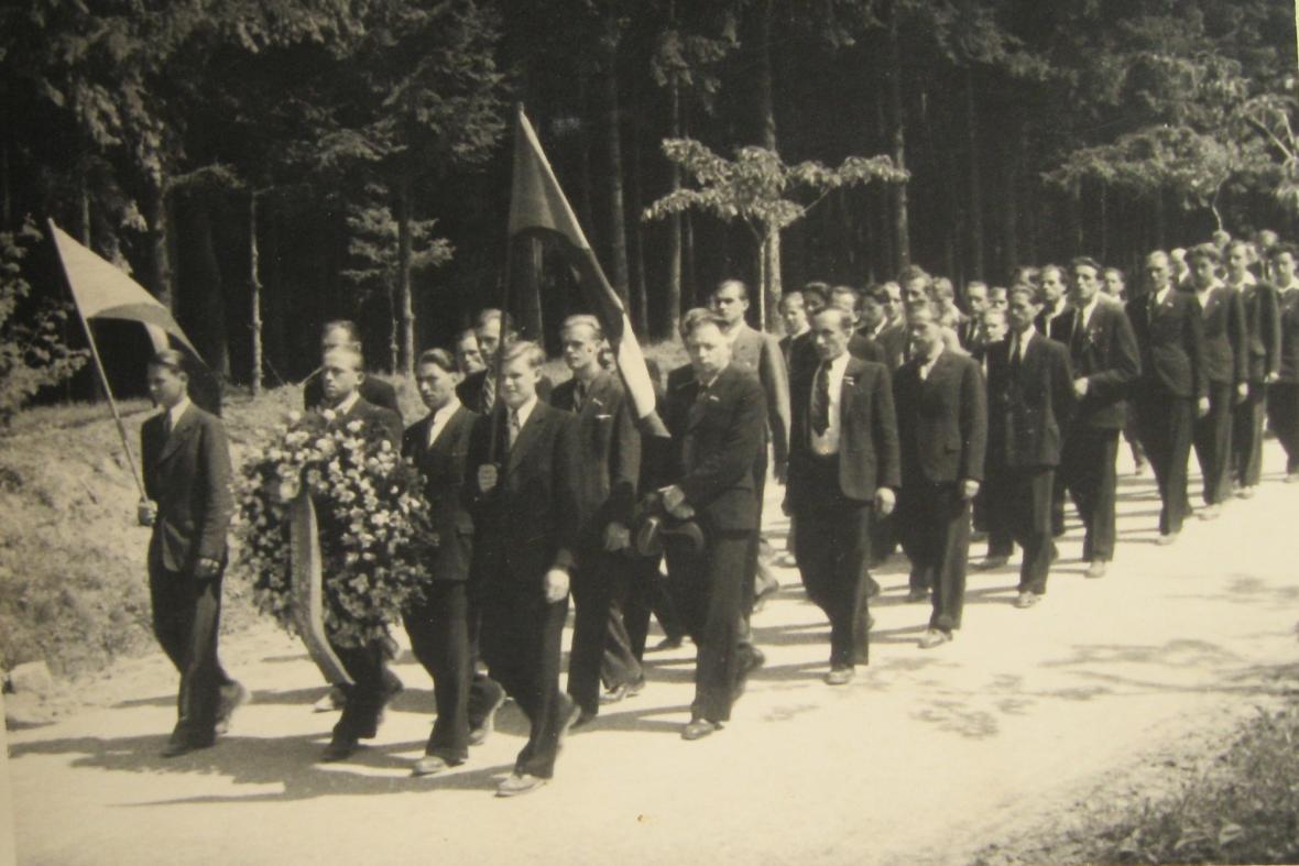 Pohřeb zavražděných mužů po zákřovské tragédii - 14. května 1945