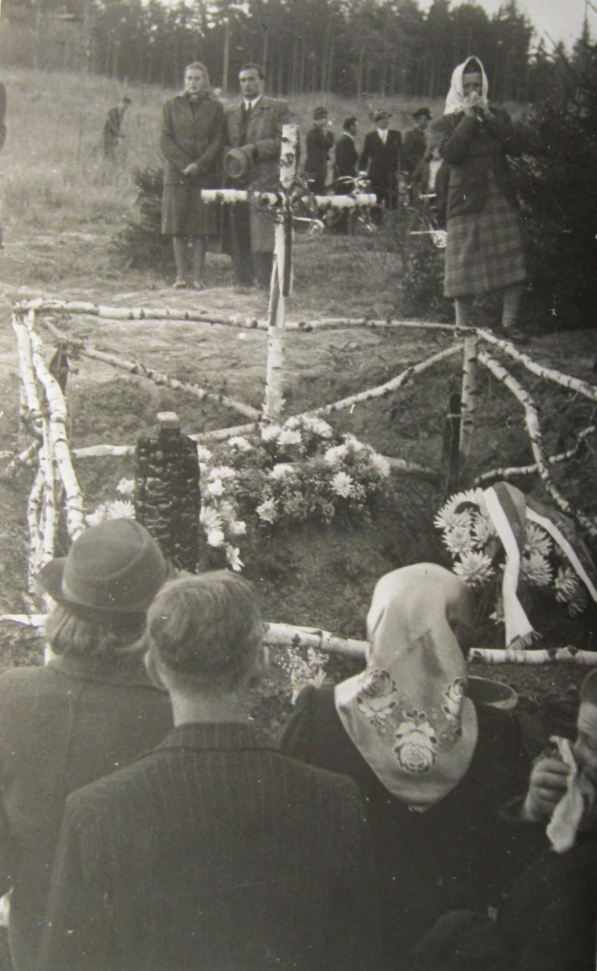 Truchlící pozůstalí v lese u Kyjanice, kde bylo zavražděno 19 mužů ze Zákřova