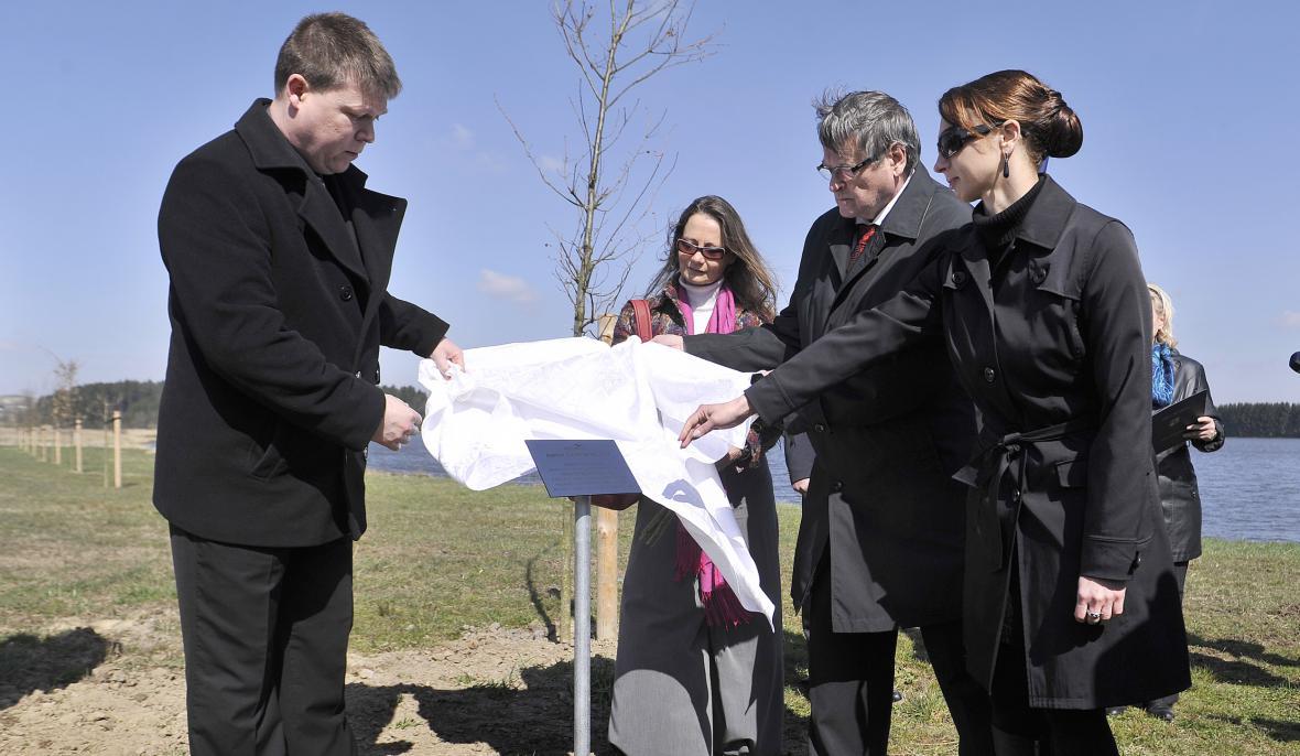 Rodiče Petra Vejvody odkryli pamětní desku u aleje